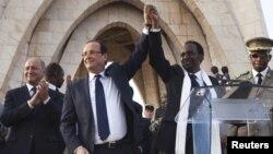 Presidente Francois Hollande (segundo da esq) e presidente interino do Mali Dioncounda Traore