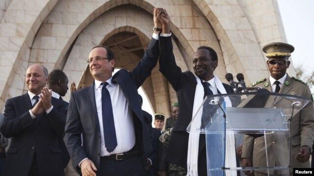 Tổng thống Pháp Francois Hollande và Tổng thống lâm thời Mali Dioncounda Traore tại Bamako, ngày 2/2/2013.