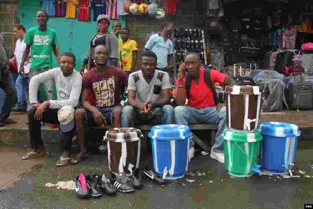 На ринку у Монровії, Ліберія тепер добре продаються відра. У таких люди миють руки з хлоркою.
