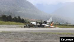 Pesawat rusak yang dibakar oleh kelompok separatis dan teroris di Bandara Aminggaru, Ilaga, Kabupaten Puncak, Papua, Jumat 4 Juni 2021. (Pendam XVII/Cenderawasih)