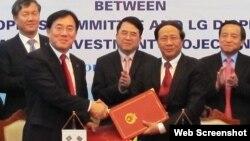 Giám đốc phụ trách về sản xuất của LG Display Jeong Cheol-dong bắt tay ông Lê Văn Thành, Bí thư Thành ủy Hải Phòng sau khi ký biên bản ghi nhớ đầu tư xây dựng các cơ sở lắp ráp linh kiện mới.