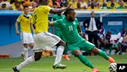 19일 브라질 월드컵 C조 조별리그 콜롬비아와 코트디부아르의 경기에서 코트디부아르 디디에 드록바(오른쪽) 수비수들을 제치고 슛을 쏘고 있다. 경기에서는 콜롬비아가 2:1로 이겼다.
