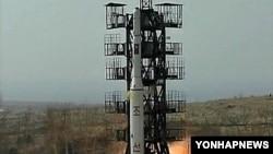 지난 2009년 북한이 관영매체를 통해 공개한 장거리 미사일 발사장면. (자료사진)