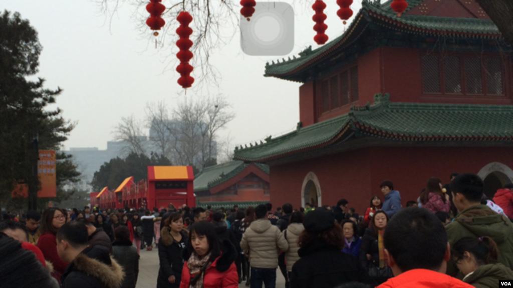 尽管中国经济增速放缓,猴年正月初五北京地坛庙会依然游人如织,节日气氛浓郁。(美国之音叶兵拍摄)
