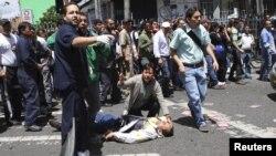Un hombre herido yace sobre el asfalto en una calle de Bogota. Un atentado provocó la muerte de al menos cinco personas e hirió a unas 19.