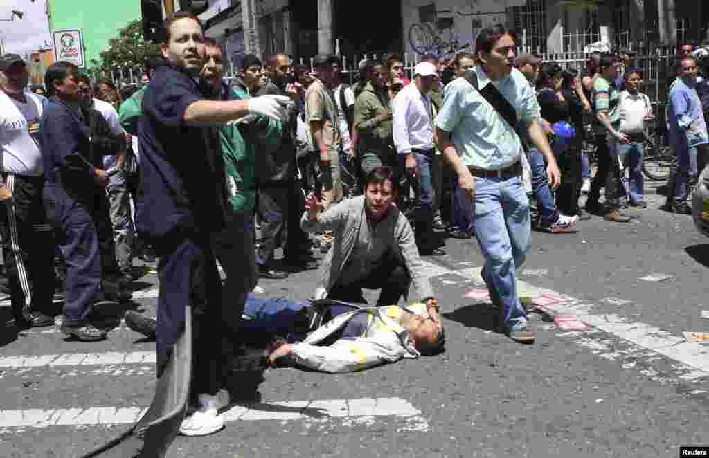 Un hombre herido yace sobre el asfalto en una calle de Bogotá. El atentado provocó la muerte de al menos cinco personas e hirió a unas 25.