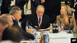 US Secretary of State Hillary Clinton (r), US Middle East envoy George Mitchell (c) and the Middle East Quartet special envoy Tony Blair (l) gathered at a group meeting at the 47th Munich Security Conference, February 5, 2011