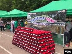 탈북자, 다문화 가정들을 위한 '전통 고추장 담그기 체험행사'가 열린 서울 양천공원에 고추장이 가득 쌓여있다.
