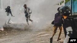 ဧၿပီလ ၃ ရက္ေန႔ မႏၱေလးၿမိဳ႕မွာ ဆႏၵျပပဲြတခုကို ျဖိဳခြင္းခံရတဲ့ျမင္ကြင္း။ (ဓာတ္ပံု - AFP PHOTO / ANONYMOUS SOURCE - ဧၿပီ ၃၊ ၂၀၂၁)