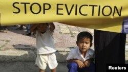 Trẻ em Campuchia tại một địa điểm từng là nơi cư ngụ của các em trước khi bị đuổi ra khỏi nhà bởi lực lượng chính phủ
