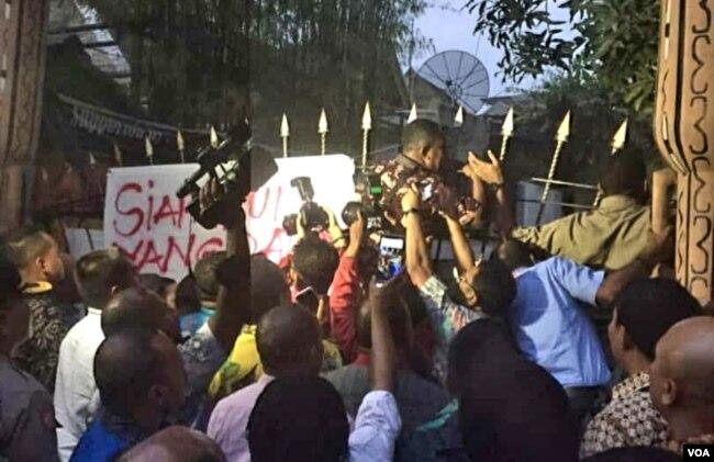 Suasana di depan asrama mahasiswa Jalan Kalasan, Surabaya, saat Gubernur Papua Lukas Enembe berusaha menemui mahasiswa (foto: VOA/Petrus Riski).