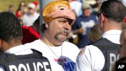 Los partidarios de Donald Trump son impedidos de usar máscaras del favorito para la nominación presidencial republicana en sus actos partidarios.