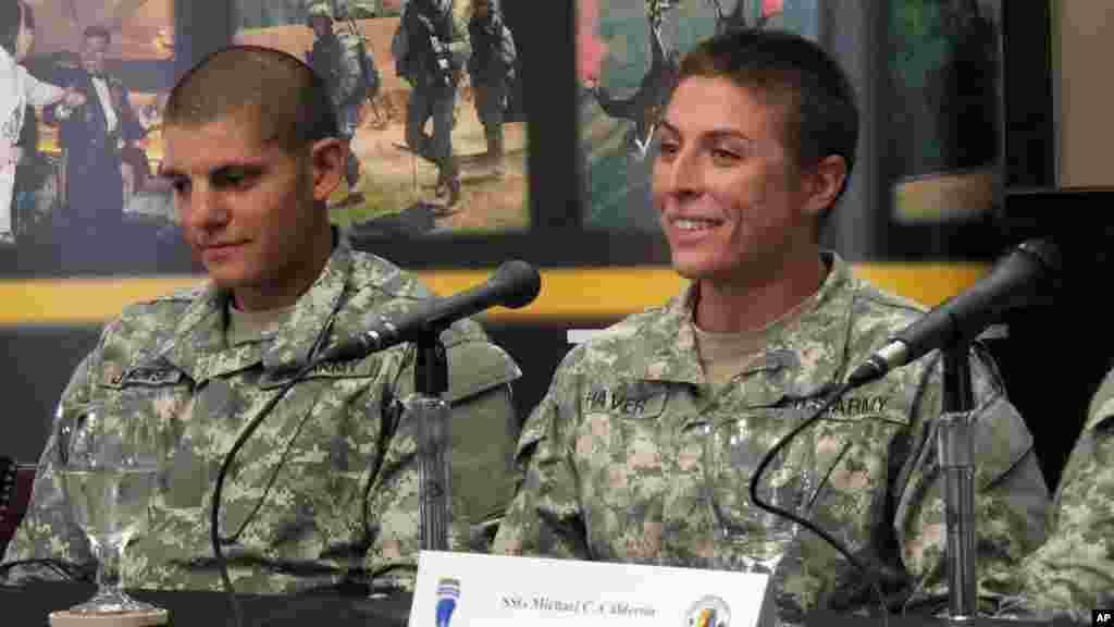 La 1ère lieutenant Shaye Haver, à droite, parle avec des journalistes, jeudi 20 août 2015, à Fort Benning, Ga.