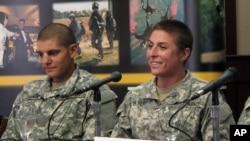 La premeir Lieutenant de l'armée américaine Shaye Haver, à droite, parle à des journalistes 20 jeudi 2015.