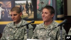Letnan I AS Shaye Haver (kanan) berbicara dengan reporter (20/8).