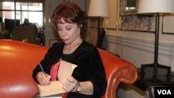 Isabel Allende durante una entrevista con la VOA en 2014.