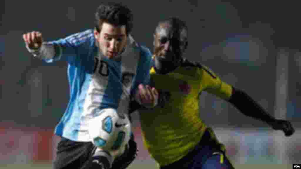 Un derby entre Lionel Messi et Pablo Armero de la Colombie en match de football du Groupe A de la Copa America à Santa Fe, Argentine, 6 Juillet 2011.