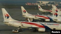 停靠在馬拉西亞吉隆坡機場的馬航客機。