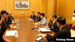 박근혜 한국 대통령(오른쪽 세번째)이 12일 청와대에서 열린 외교안보장관회의를 주재하고 있다.