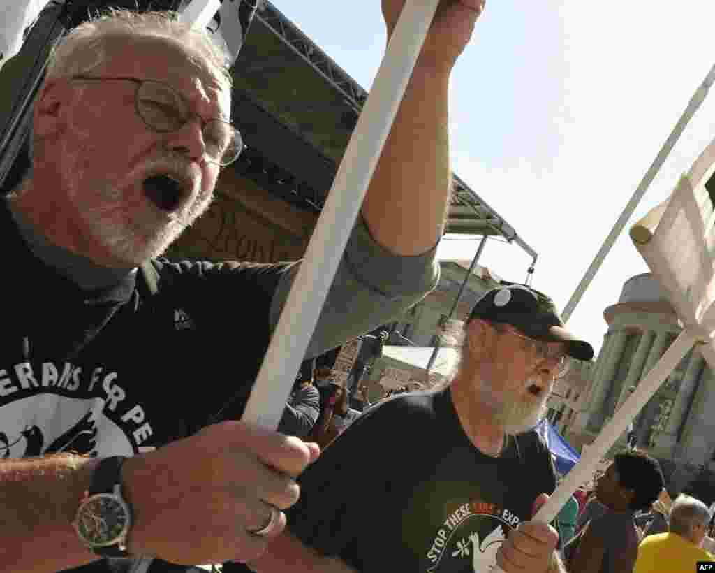 Некоторые активисты принимали участие еще в движении против Вьетнамской войны в 60-е годы. Некоторые - во Вьетнамской войне