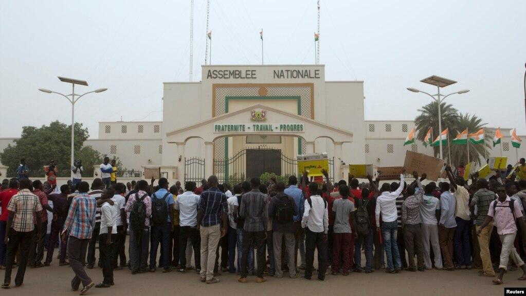 Des étudiants nigériens sont rassemblés devant l'Assemblée nationale pour protester contre les conditions de vie à Niamey, le 17 mars 2015.