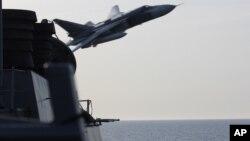 지난 12일 발틱해에서 운항 중인 미 해군 구축함 도널드 쿡 호에 러시아 SU-24 전투기가 저공으로 초근접 비행했다. 도널드 쿡 호 승조원이 찍은 사진을 미 해군이 공개했다.