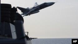 Pesawat jet Rusia Sukhoi Su-24 tampak terbang dekat sekali dengan kapal perusak AS USS Donald Cook yang berada di Laut Baltik (foto: dok).