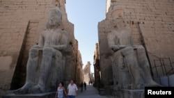 Para wisatawan berjalan melewati Kuil Luxor di Kairo, Mesir, 14 Desember 2016 (Foto: dok)