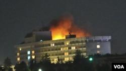 Hotel Intercontinental di Kabul tampak terbakar setelah serangan oleh militan Taliban (29/6).