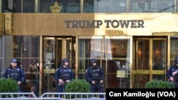 Miembros de la unidad antiterrorismo de la Ciudad de Nueva York resguardan la Torre Trump, en esta foto de Noviembre 14, 2016.