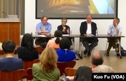 钟同仁(右二)参加美中关系学院院长杜克雷(左一)主持的座谈会 (美国之音国符拍摄)