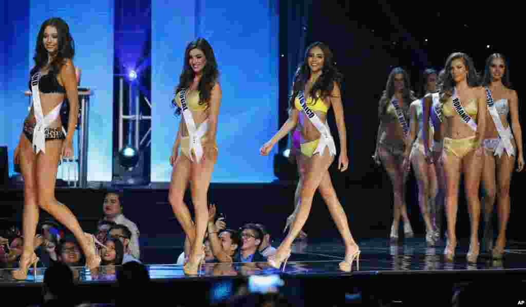 在马尼拉举行的2017年环球小姐大赛中,来自各国的选手身穿泳装(2017年1月26日)。