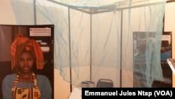 La moustiquaire Olysetplus exposée à la conférence internationale sur les maladies transmises par les moustiques à Yaoundé, le 23 septembre 2019. (VOA/Emmanuel Jules Ntap)