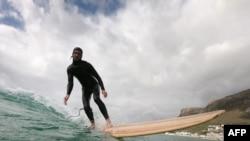 Patrick Burnett surfe à Cape Town, Afrique du Sud, le 19 décembre 2019.