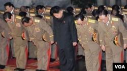 """Kim Jong Un en el centro de la fotografía ha sido elevado al rango de """"supremo comandante"""" tras la muerte de su padre, Kim Jong Il."""