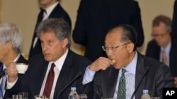 Pemimpin Bank Dunia Jim Yong Kim (kanan) dan Wakil Pimpinan IMF, David Lipton menghadiri pertemuan dengan para pembuat kebijakan keuangan di Tokyo (10/10). Gubernur Bank Sentral Tiongkok membatalkan kehadirannya dalam pertemuan tahunan IMF-Bank Dunia yang diselenggarakan pekan ini di Jepang.