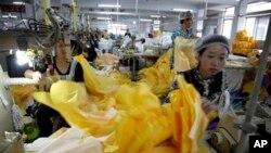 کارگران چینی مصروف تهیه لباس های محافظتی ایبولا اند