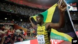 Usain Bolt de la Jamaïque jubile après avoir remporté la médaille d'or au 100 m hommes aux Championnats du monde d'athlétisme au Nid d'oiseau à Pékin, 23 août 2015. (AP Photo / Lee Jin-man)