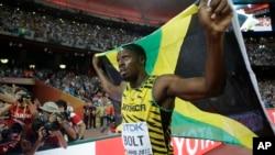 Pelari Jamaika, Usain Bolt merayakan kemenangannya dalam nomor 100 meter pada Kejuaraan Dunia Atletik di Beijing, Minggu 23 Agustus 2015 (foto: dok).