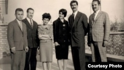 هما دارابی (نفر سوم از چپ) در کنار پروانه و داریوش فروهر