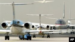 Máy bay chờ cất cánh trên đường băng tại sân bay quốc tế ở Frankfurt, Đức.