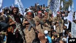 Miltan Afghanistan dan warga desa merayakan perjanjian damai dan kemenangan atas Amerika Serikat dalam konflik Afghanistan, di distrik Alingar, Provinsi Laghman, 2 Maret 2020. (Foto: Reuters)