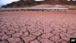 រូបឯកសារ៖ តំបន់នៅជុំវិញបឹង Mead National Recreation ក្នុងរដ្ឋ Arizona សហរដ្ឋអាមេរិក ដែលធ្លាប់មានទឹកប្រែជាស្ងួតហួតហែង ថ្ងៃទី១៦ ខែកក្កដា ឆ្នាំ២០១៤។