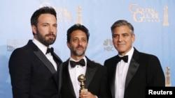 """Produser dan Sutradara Ben Affleck (kanan) berpose bersama para produser film """"Argo"""" Grant Heslov (tengah) dan George Clooney (14/1). Ben Affleck menerima penghargaan Sutradara Terbaik dan Film """"Argo"""" diumumkan sebagai pemenang dalam katagori film drama terbaik dalan ajang tahunan Golden Globe Award ke-70 di Beverly Hills, California."""