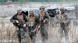 2013年参加美国和菲律宾联合军事演习的美军在巡逻