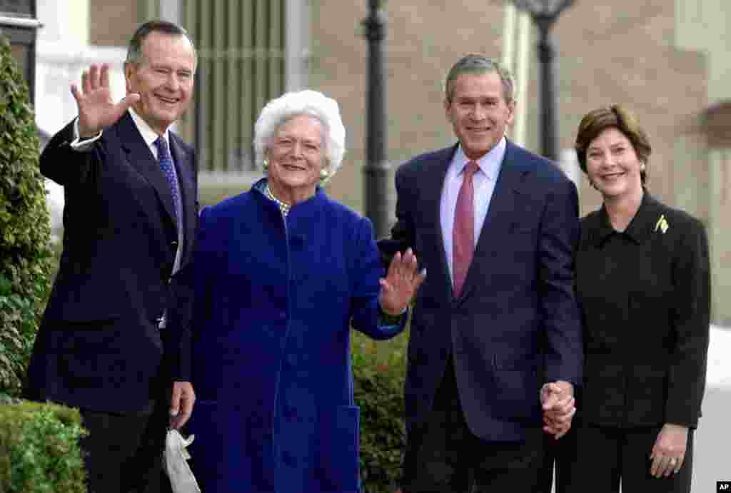 باربارا بوش و همسرش در کنار فرزندش جرج دبلیو بوش چهل و سومین رئیس جمهوری آمریکا و همسرش.