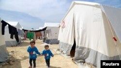 Лимар и Маса аль-Кари - дети, пережившие газовую атаку, в лагере для перемещенных лиц. Сирия, 17 апреля 2018 г.