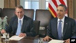 ປະທານາທິບໍດີບາຣັກໂອບາມາ (ຂວາ) ແລະປະທານສະພາຕໍ່າ ສຫລ ທ່ານ John Boehner ໃນການພົບປະ ຂອງປະທານາທິບໍດີ ກັບບັນດາຜູ້ລັດຖະສະພາທັງຈາກພັກຣີພັບບລີກັນແລະພັກເດໂມແຄຣັທກ່ຽວກັບຂີດຈຳກັດ ໃນການກູ້ຢືມເງິນຂອງສະຫະລັດ ທີ່ນຳທຽບຂາວ (11 ກໍລະກົດ 2011)
