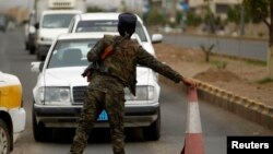 5일 미국 등 여러 나라가 테러위협으로 예멘 주재 대사관을 폐쇄된 가운데, 사나에서 경찰이 차량을 검문하고 있다.