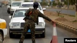 警察在薩那美國使館附近的檢查崗檢查車輛。